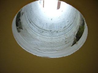 窓下の開口