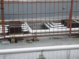 改修前の屋上給水管
